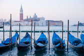 Goldola loď parkování v lagoo canal grande benátky itálie — Stock fotografie