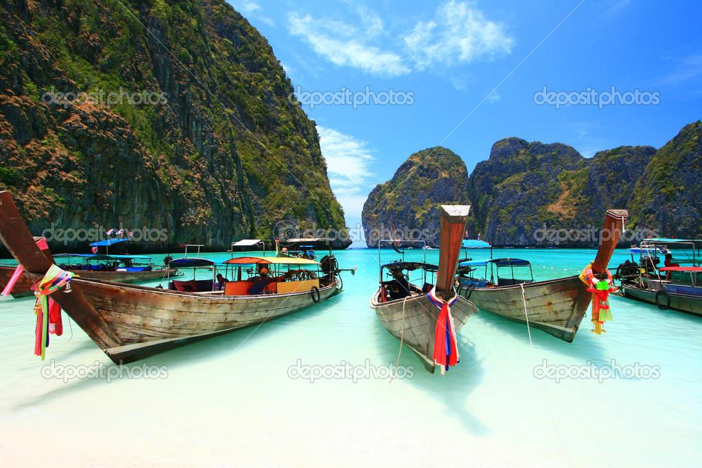 Long Tail Boats paking at the white and beach — Stock Photo #11363811
