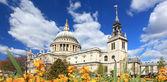 St. paul katedrali ile bahçe — Stok fotoğraf