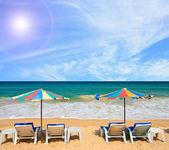 Cielo soleggiato di spiaggia sedia — Foto Stock
