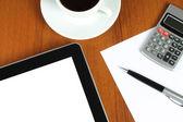 Dispositivo de pantalla táctil y papelería con taza de café — Foto de Stock