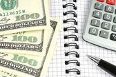 Dinheiro, calculadora e caneta — Fotografia Stock