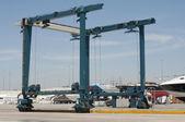 Crane to move yachts — Стоковое фото