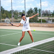 Young woman on a tennis court — ストック写真