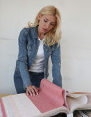 Young woman makes repairs — Stock Photo