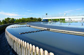Moderne stedelijk afvalwater zuiveringsinstallatie. — Stockfoto