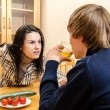 Wife quarrels with her husband in the kitchen — Stockfoto