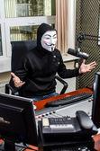 Antiglobalist geeft uiting aan haar eisen op de radio — Stockfoto