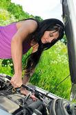 ソケット スパナ レンチで壊れた車は修理する女性. — ストック写真