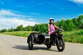 Linda mulher pilotando uma moto com side-car. — Fotografia Stock
