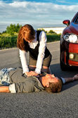 Jonge man reanimatie op een weg. concept eerste hulp — Stockfoto