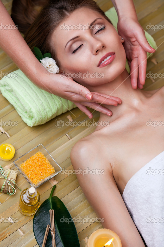 Beautiful woman relaxing on spa procedures — Stock Photo #10949438