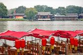Röda båtar houhai lake beijing, kina — Stockfoto