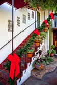 Gradini e scale natale decorazioni nastri rossi ghirlande cactu — Foto Stock