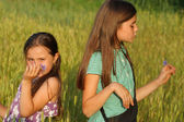 Two young girls playing outdoor — Stock fotografie