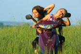 Scooter üzerinde açık oynayan iki genç kız — Stok fotoğraf