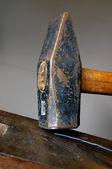 старый потрепанный молот — Стоковое фото