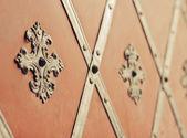 Brána s nýty a starověké styl obklad — Stock fotografie