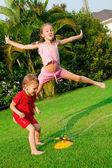 Dos niñas jugando en el jardín. — Foto de Stock