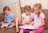 Barn läser boken. — Stockfoto