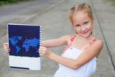 子供の頃、地図で本を持って. — ストック写真