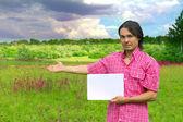 Podnikatel držel list papíru na krásné pozadí — Stock fotografie