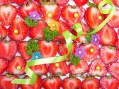 красный свежей клубники, салатовая лента и бусинки фон — Стоковое фото