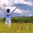 Man with arms wide open in the middle of the field — Stock Photo