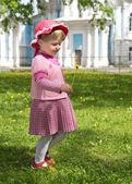 牧草地の幸せな女の子 — ストック写真