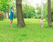 母亲和女孩玩捉迷藏 — 图库照片