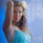 una mujer joven hermosa y una gotas de lluvia — Foto de Stock