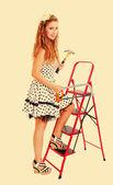 Bonito pin a mujer en una escalera con un martillo y sierra, entonado — Foto de Stock