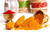 Gurkmeja och kumkum pulver med ornament — Stockfoto