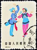 中国-大约 1962年。一张邮票在中国印刷描绘传统服装的妇女和男子,大约在 1962 — 图库照片