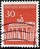 Alemanha - cerca de 1967: um selo vermelho imprimido na Alemanha mostra imagem do portão de Brandemburgo, cerca de 1967 — Fotografia Stock