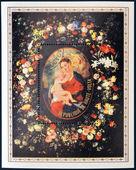 Republiken av övre volta - ca 1972: en stämpel som tryckt i Republiken övre volta visar en bild av virgin och barnet jesus omgiven av krans av blommor, ca 1972 — Stockfoto