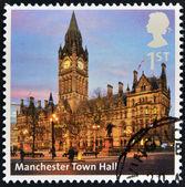 Reino unido - por volta de 2012: um selo imprimido na grã-bretanha mostra salão de cidade de manchester, por volta de 2012 — Fotografia Stock