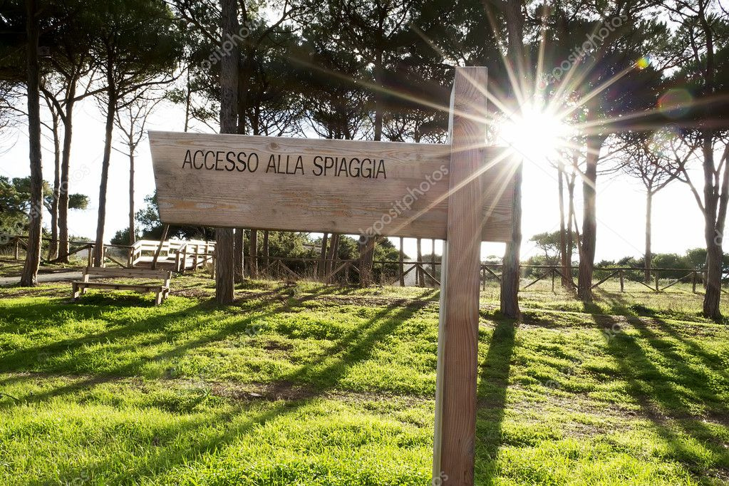 accesso alla spiaggia sign in an Italian coast line — Stock Photo #10901397