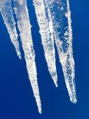蓝蓝的天空的背景上的冰柱 — 图库照片