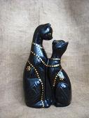 Enamorado de juguete dos gatos sobre un fondo marrón — Foto de Stock