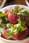 Closeup von erdbeeren in einer schüssel — Stockfoto