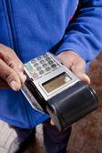 Afrikanska hand swiping kreditkort — Stockfoto
