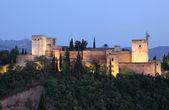 Wallen van het alhambra in de schemering verlicht. granada, andalusië — Stockfoto