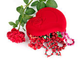 Red heart-shaped casket with beads of semi-precious stones and — Foto Stock