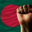 duro puño frente a bandera de bangladesh que simboliza el poder — Foto de Stock