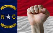 Nos del estado bandera de carolina del norte con mano dura frente a ella sy — Foto de Stock