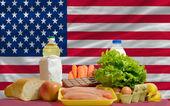 Alimenti base davanti alla bandiera nazionale america — Foto Stock