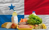 Compra de alimentos básicos frente a la bandera nacional de Panamá — Foto de Stock