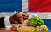 Buying groceries with credit card in dominican — Stock Photo