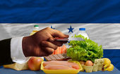 Buying groceries with credit card in honduras — Stock Photo